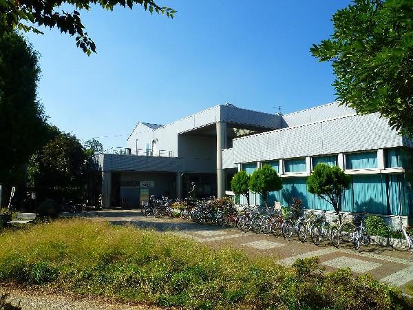 高津図書館 (緑に囲まれた高津図書館は、高津駅から徒歩5分、溝口緑地の中にあります。駐輪場も充実しています。)